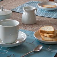 Pöttyös-cappucinos tányéralátét
