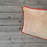 Drapp puha párna piros bogyós széllel 35*35cm