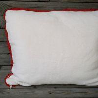 Ekrű puha párna piros bogyós széllel 50*60cm