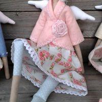 Rózsaszín kabátos nagylány