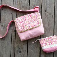 Rózsaszín virágos kistáska